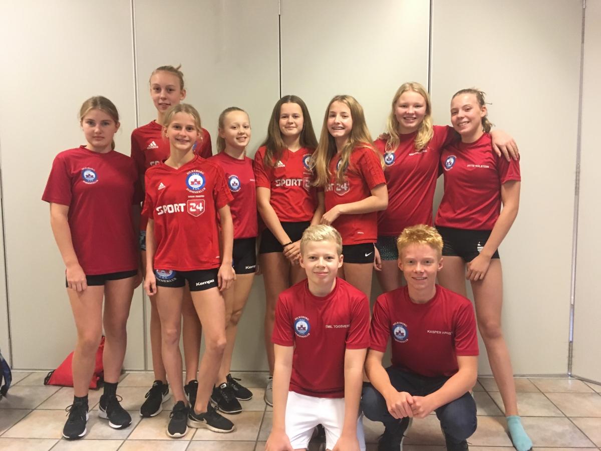 Fra Venstre:Line, Ester, Sarah, Emilie, Silke, Amalie, Annabella, Mette. Forrest: Emil og Kasper